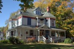 Weißes Haus des viktorianischen Stils mit bunter Ordnung Lizenzfreie Stockfotografie