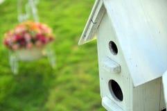 Weißes Haus des Vogels im Rasen Stockfoto