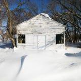 Weißes Haus im Schnee. Lizenzfreies Stockfoto