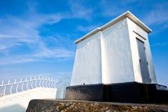 Weißes Haus mit blauem Himmel Stockfoto