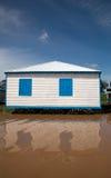 Weißes Haus mit blauen Blendenverschlüssen Stockfotos