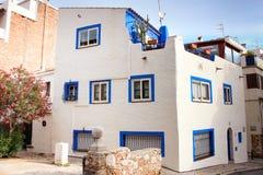 Weißes Haus mit blauen Fenstern Lizenzfreie Stockbilder