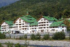 Weißes Haus mit grünem Dach Lizenzfreie Stockfotografie