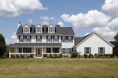 Weißes Haus mit großem Vorgarten stockfotografie