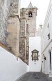 Weißes Haus mit mittelalterlicher Kirche Stockbilder