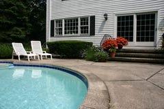 Weißes Haus mit Pool Stockfotografie