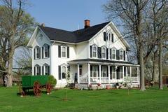 Weißes Haus mit schwarzen Blendenverschlüssen Lizenzfreie Stockbilder