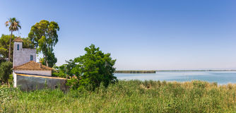 Weißes Haus am See in Nationalpark La Albufera nahe Valenc stockfotografie