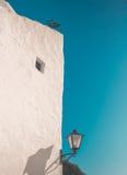 Weißes Haus und Straßenlaterne Stockbilder