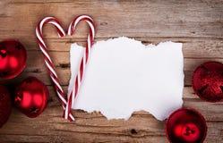 Weißes heftiges Papier auf rustikalen hölzernen Hintergrund Weihnachtsverzierungen Stockbild
