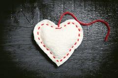 Weißes Herz auf den dunklen Brettern Lizenzfreies Stockbild