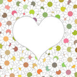 Weißes Herz auf einem schönen Hintergrund mit mehrfarbigen Blumen Lizenzfreies Stockfoto