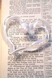 Weißes Herz mit erstem John-4:10 Stockfotografie