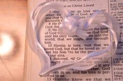 Weißes Herz mit erstem John-4:10 Lizenzfreie Stockfotos