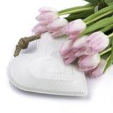Weißes Herz mit Tulpen lizenzfreies stockfoto