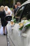 Weißes Hochzeitsauto Stockbild