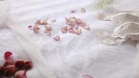 Weißes Hochzeitskleid, das auf dem Bett liegt stock video footage