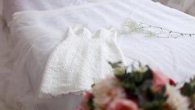 Weißes Hochzeitskleid, das auf dem Bett liegt stock video