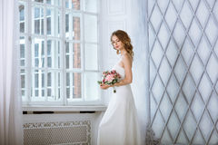 Weißes Hochzeitskleid der Brunettebraut in Mode mit Make-up Stockbild