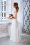 Weißes Hochzeitskleid der Brunettebraut in Mode mit Make-up Lizenzfreie Stockfotografie