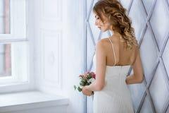 Weißes Hochzeitskleid der Brunettebraut in Mode mit Make-up Lizenzfreie Stockfotos