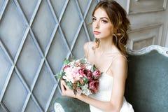 Weißes Hochzeitskleid der Brunettebraut in Mode mit Make-up Lizenzfreie Stockbilder