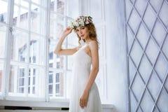Weißes Hochzeitskleid der Brunettebraut in Mode mit Make-up Lizenzfreies Stockfoto