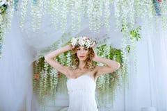 Weißes Hochzeitskleid der Brunettebraut in Mode mit Make-up Stockbilder