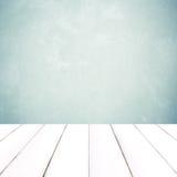 Weißes Holz der Perspektive über grünem Zementwandhintergrund Lizenzfreie Stockfotografie