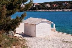 Weißes Holzhaus auf dem Strand durch das Meer Lizenzfreie Stockfotos