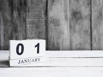 Weißes Holzklotzkalender-Showdatum 01 und Monat Januar auf wo Stockfotografie