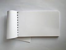 Weißes horizontales Anmerkungsbuch geöffnet Stockfotografie