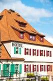 Weißes Hotel mit Blendenverschlüssen Lizenzfreie Stockbilder