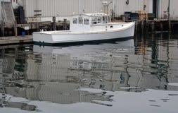 Weißes Hummerboot im Hafen Stockbilder