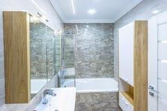 Weißes Innenarchitekturbadezimmer der Wohnung Stockfoto