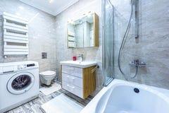 Weißes Innenarchitekturbadezimmer der Wohnung Lizenzfreie Stockbilder