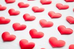Weißes Inneres Rote Herzen auf dem weißen hölzernen Hintergrund Lizenzfreies Stockfoto