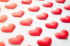 Weißes Inneres Rote Herzen auf dem weißen hölzernen Hintergrund Stockfotos
