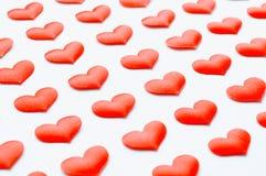 Weißes Inneres Rote silk Herzen auf dem weißen hölzernen Hintergrund Stockfotos