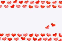 Weißes Inneres Rote silk Herzen auf dem weißen hölzernen Hintergrund, Raum für Text, Lizenzfreie Stockfotos