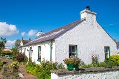 Weißes irisches Haus des typischen Landes, im August 2016 Lizenzfreies Stockbild