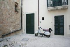 Weißes italain motoroller nahe Tür Lizenzfreie Stockfotografie