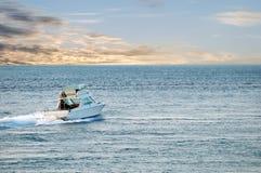 Weißes Kajütboot stockfotografie