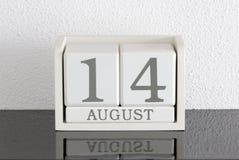 Weißes Kalenderblockgeschenkdatum 14 und Monat August Stockfotos