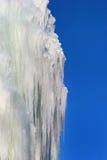 Weißes kaltes Eis gegen blauen Himmel, natürlicher Winterhintergrund Lizenzfreie Stockfotografie