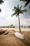 Weißes Kanu auf tropischem Strand Lizenzfreies Stockfoto