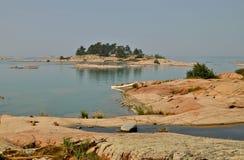 Weißes Kanu, das auf rocke Geogian Schacht, Ontario stillsteht Lizenzfreie Stockfotografie