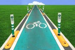 Weißes Kennzeichen des Fahrrades und des weißen Pfeiles, die eine Möglichkeit auf Asphaltweg zeigen Weißes Zeichen für alte Bahn Lizenzfreie Stockbilder