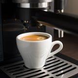 Weißes keramisches Cup frischer Espresso mit Schaumgummi lizenzfreie stockfotos