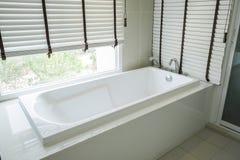 Weißes keramisches der Badewanne Lizenzfreie Stockfotografie